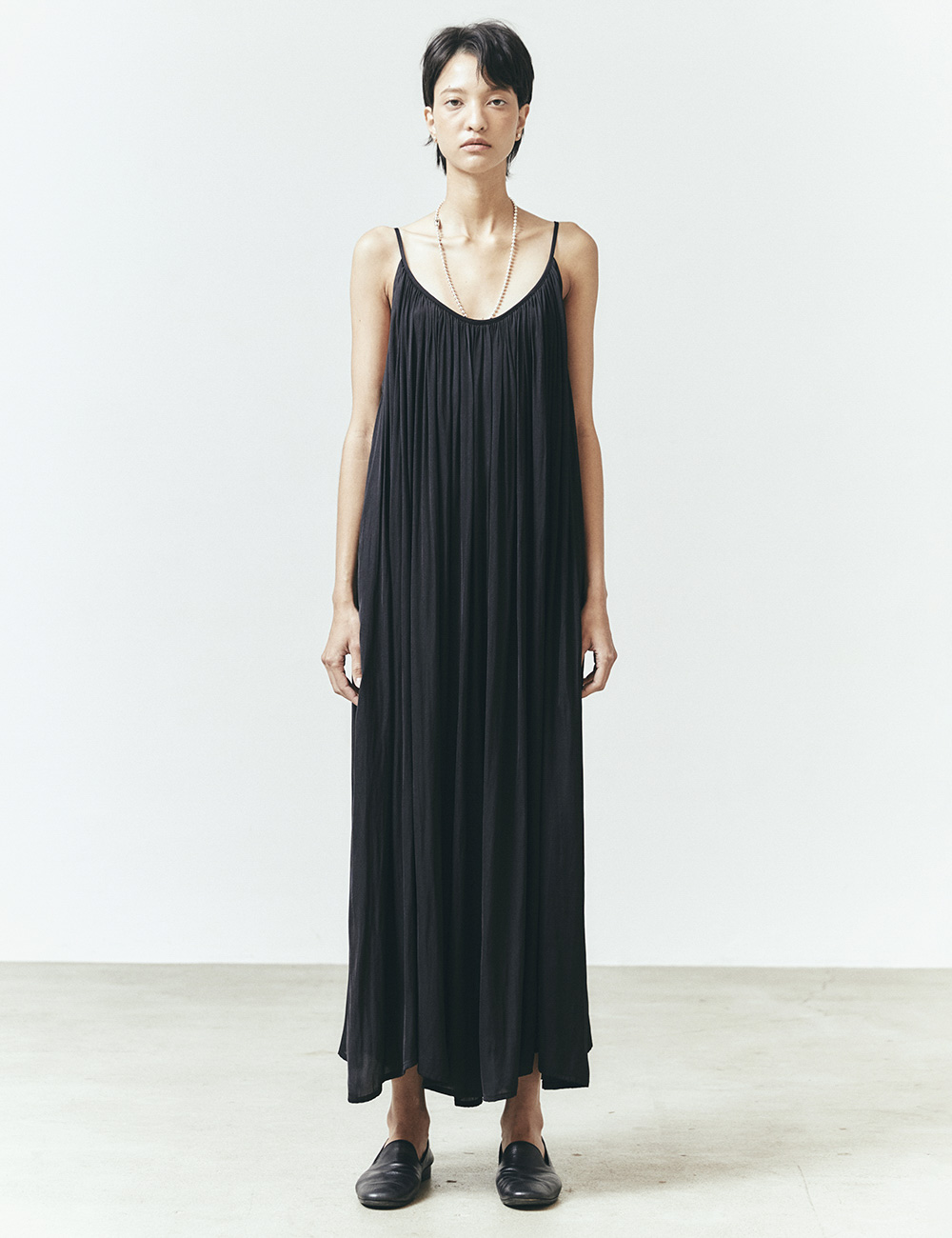 SLEEVELESS GATHERED DRESS (BLACK)