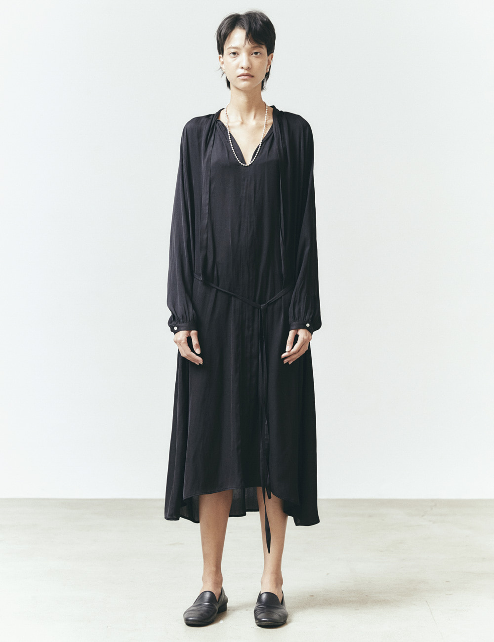 TIE-COLLAR GATHERED DRESS (BLACK)